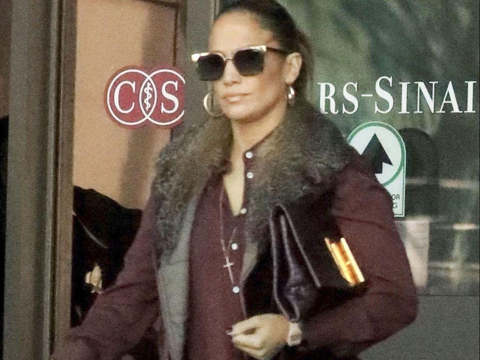 Captan a Jennifer López, muy seria, saliendo de un famoso hospital
