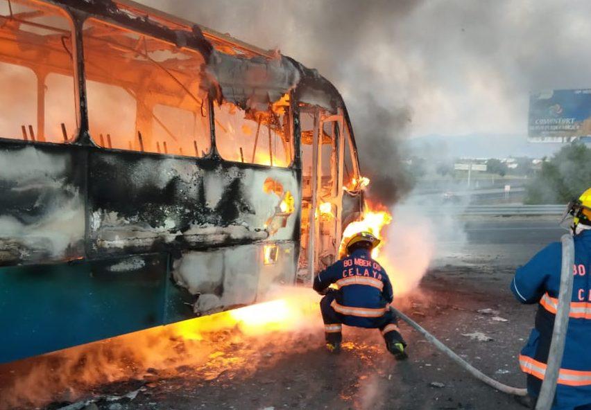 Huachicoleros incendiaron camiones en las carreteras.