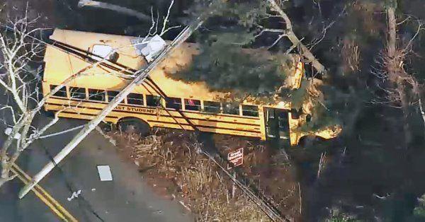 Bus escolar choca y quedan atrapados los estudiantes bajo los cables de luz