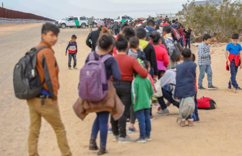 Niños migrantes con padres detenidos podrían vivir con padres de crianza en  Los Ángeles | La Opinión