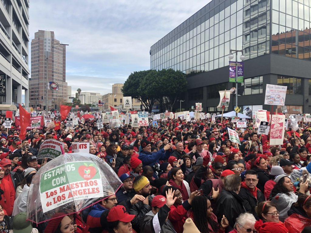 Educadores de 80 escuelas chárter de Los Ángeles se van a la huelga