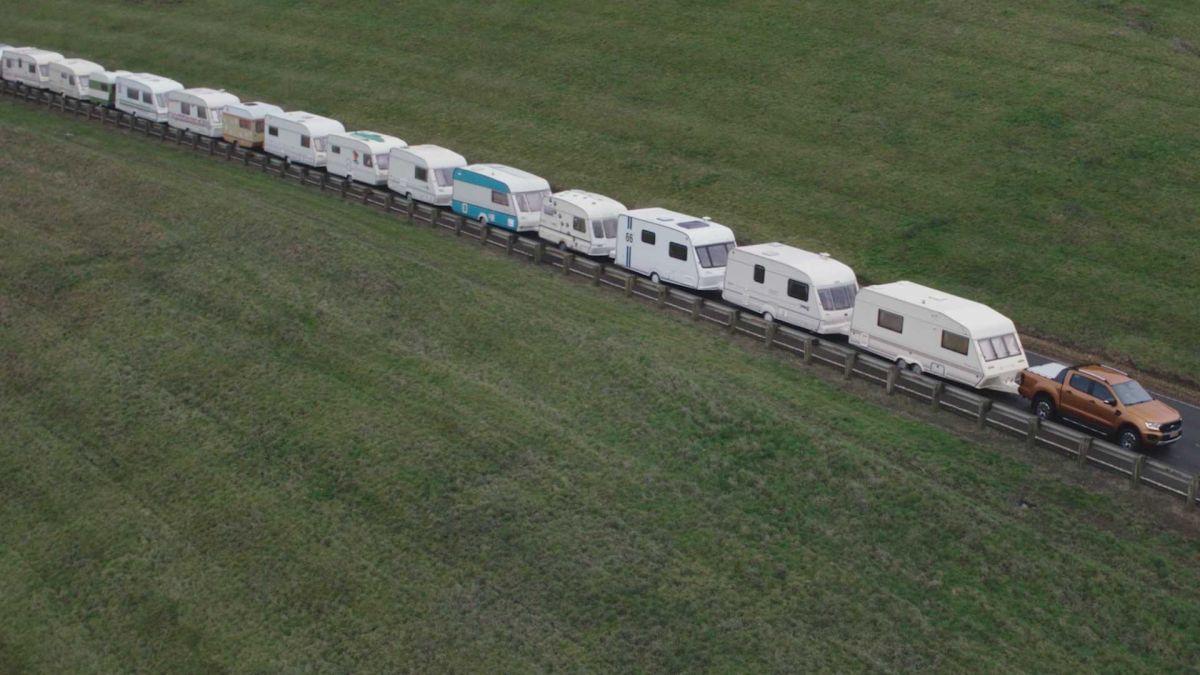 Remolcó 15 caravanas, o casas remolque, para demostrar su poder