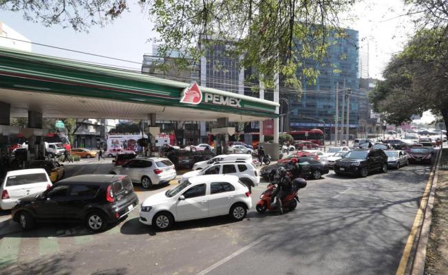 Tras horas de espera, limitan venta de gasolina en México para enfrentar desabasto
