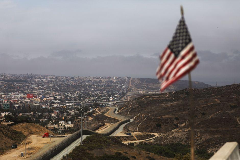 """Padre e hijo emprenden caminata por frontera desde San Diego hasta Nogales para reducir el """"miedo"""""""