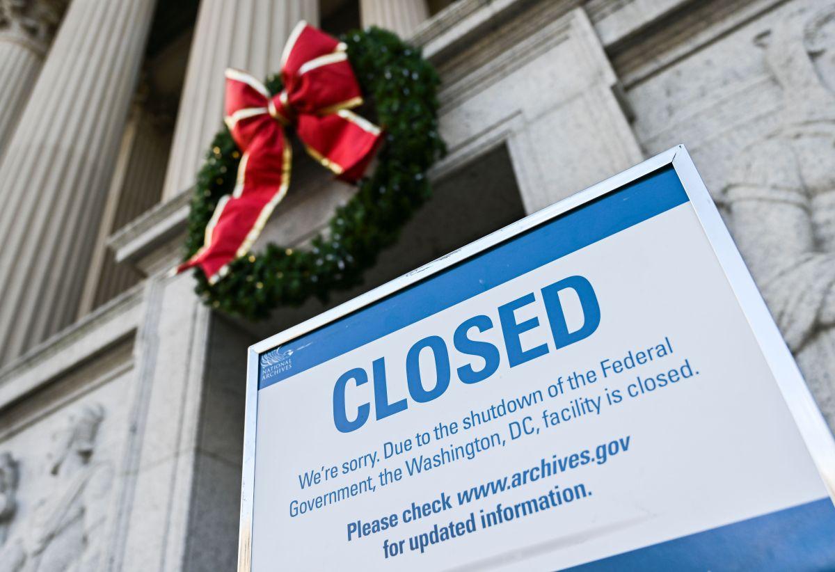 """Los """"regalos"""" navideños de Trump a los empleados federales"""
