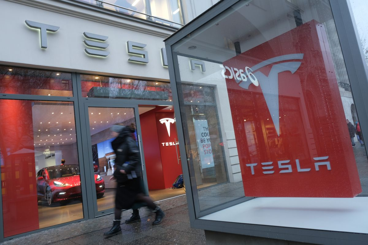Compañía china exige a Tesla un reembolso por autos fallados con carteles de protesta en Times Square