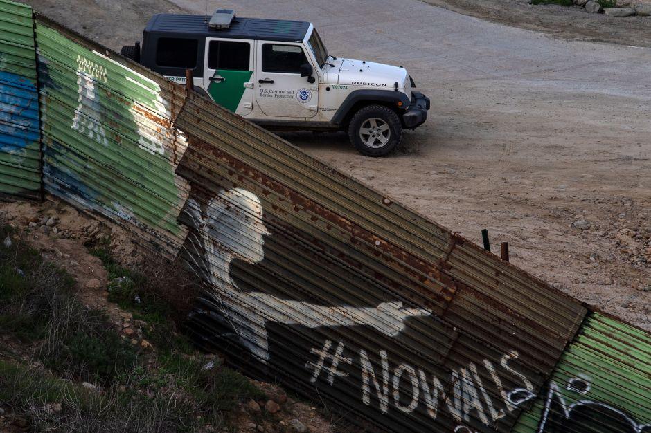 Líderes latinos visitan la frontera para rechazar la construcción del muro