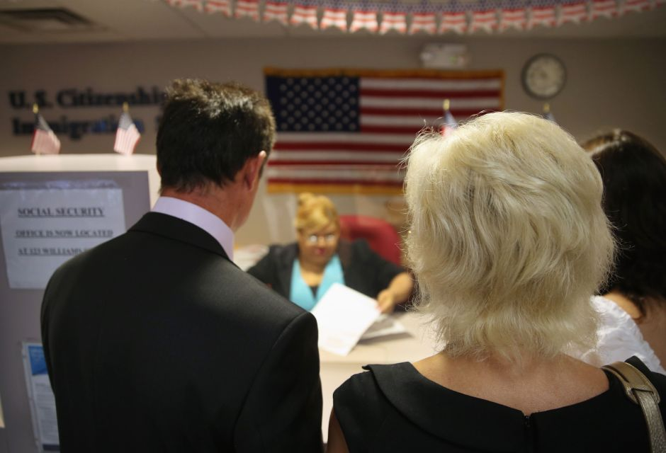 Presionan para acabar con las demoras en solicitudes de ciudadanía