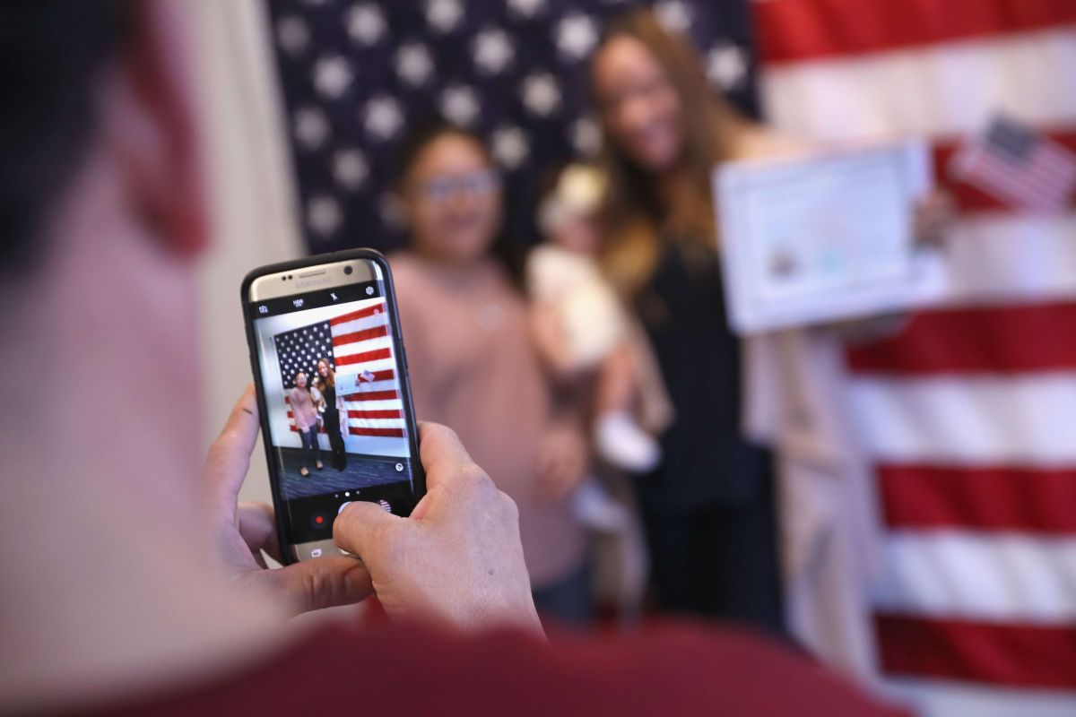 DHS alerta de que se están cometiendo fraudes a través de teléfonos de servicios migratorios