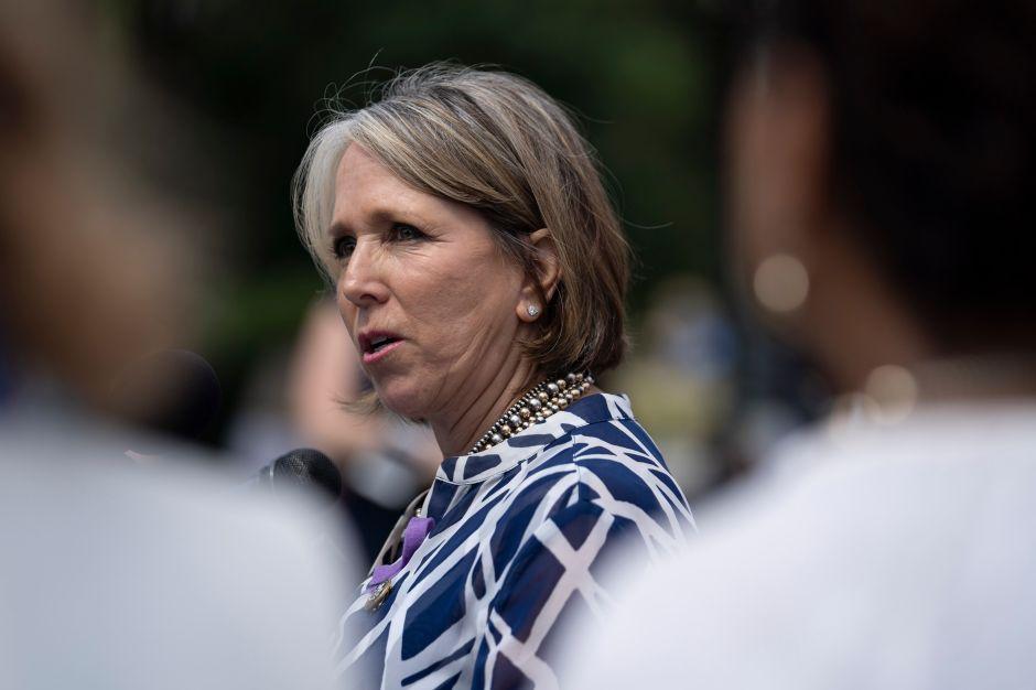 Gobernadora de Nuevo México visita frontera en medio de tensiones por el muro