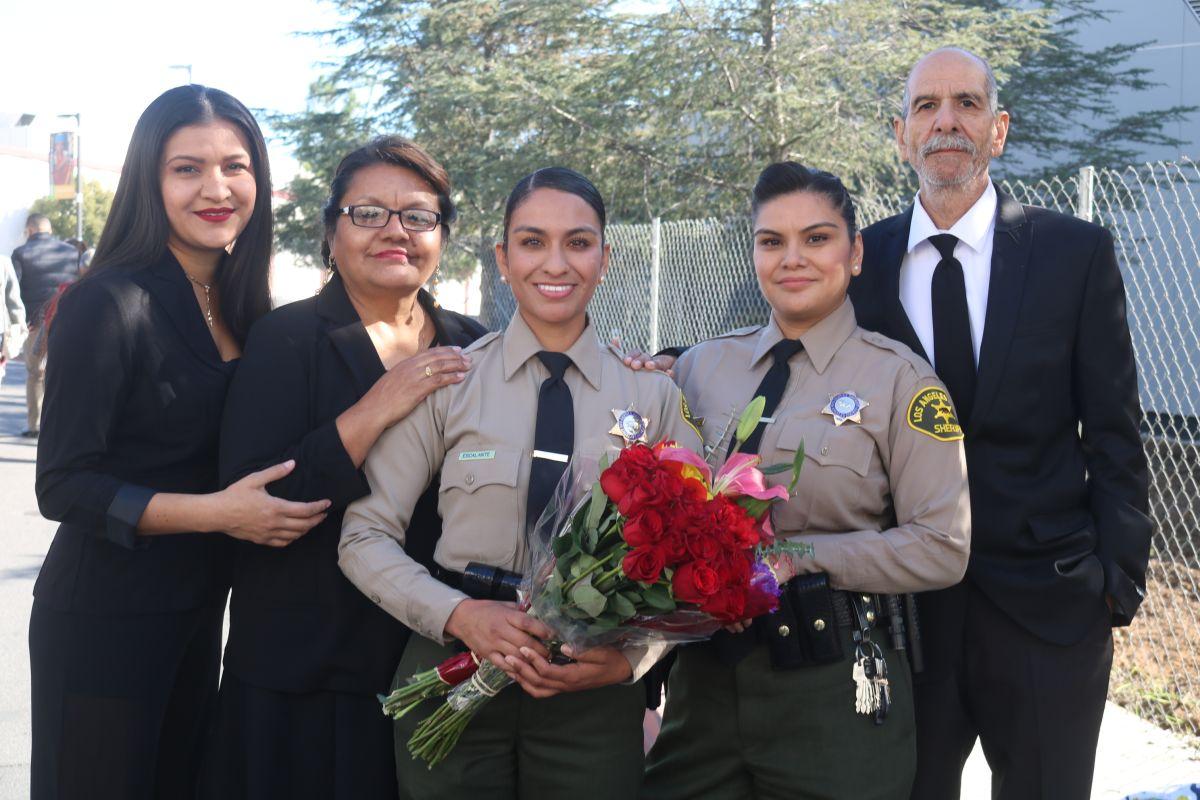 La alguacil Wendy Escalante junto a junto a sus padres, Luisa y José, y sus hermanas Rosy (i) y Johana. / foto: Jorge Luis Macías.