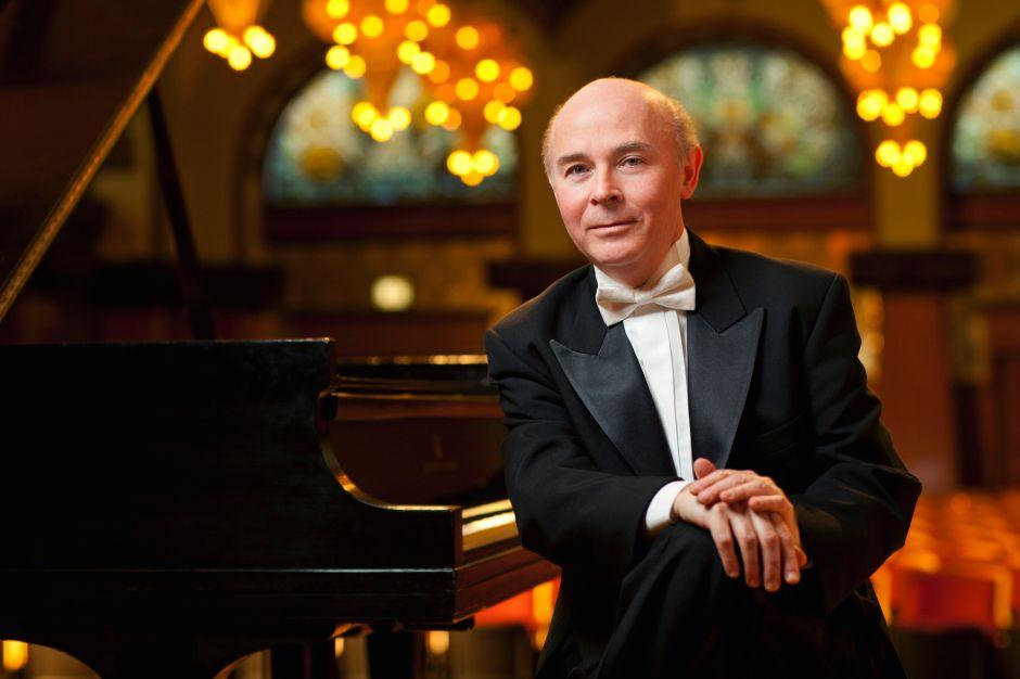 Jorge Federico Osorio, sin nada más que su piano en el escenario