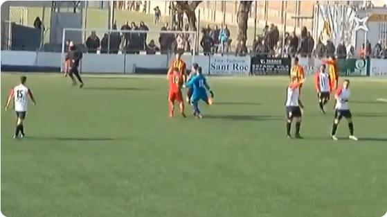 El portero Iván González le propinó una patada al árbitro por anularle un gol.