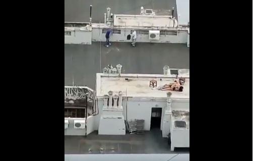 ¡Sin pudor! Captan a pareja teniendo sexo en una terraza a plena luz del día