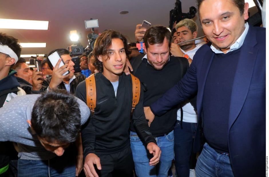 Diego Lainez provoca un caos en el aeropuerto como si fuera un rockstar