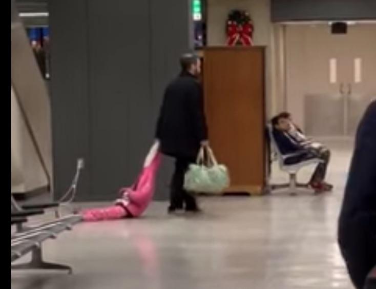 VÍDEO: Padre arrastra a su hija por el aeropuerto