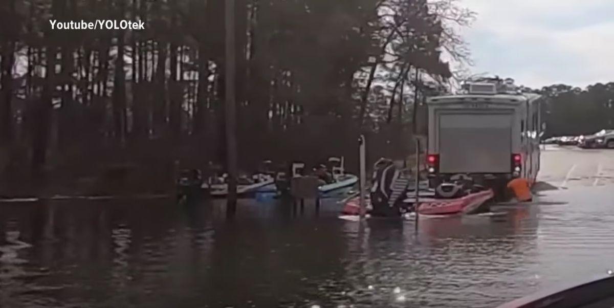 Un perro le da a la reversa y manda el auto del dueño dentro de un lago