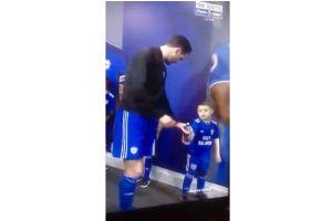 Video: Un niño le da una lección de modales a un futbolista de la Premier League