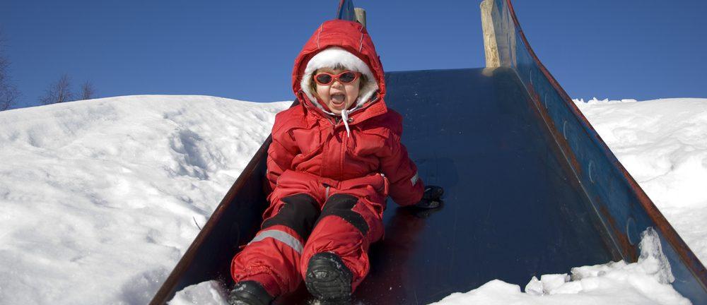 Los 5 mejores overalls impermeables para que tus hijos jueguen en la nieve