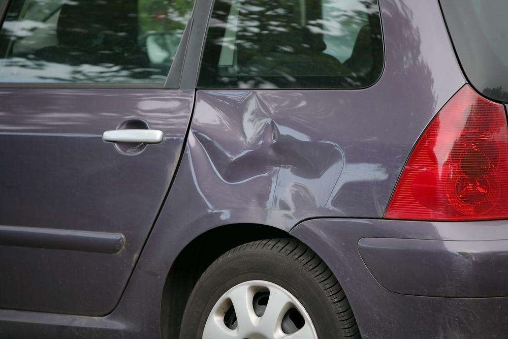 Cómo quitar una abolladura de tu auto tú mismo con agua caliente