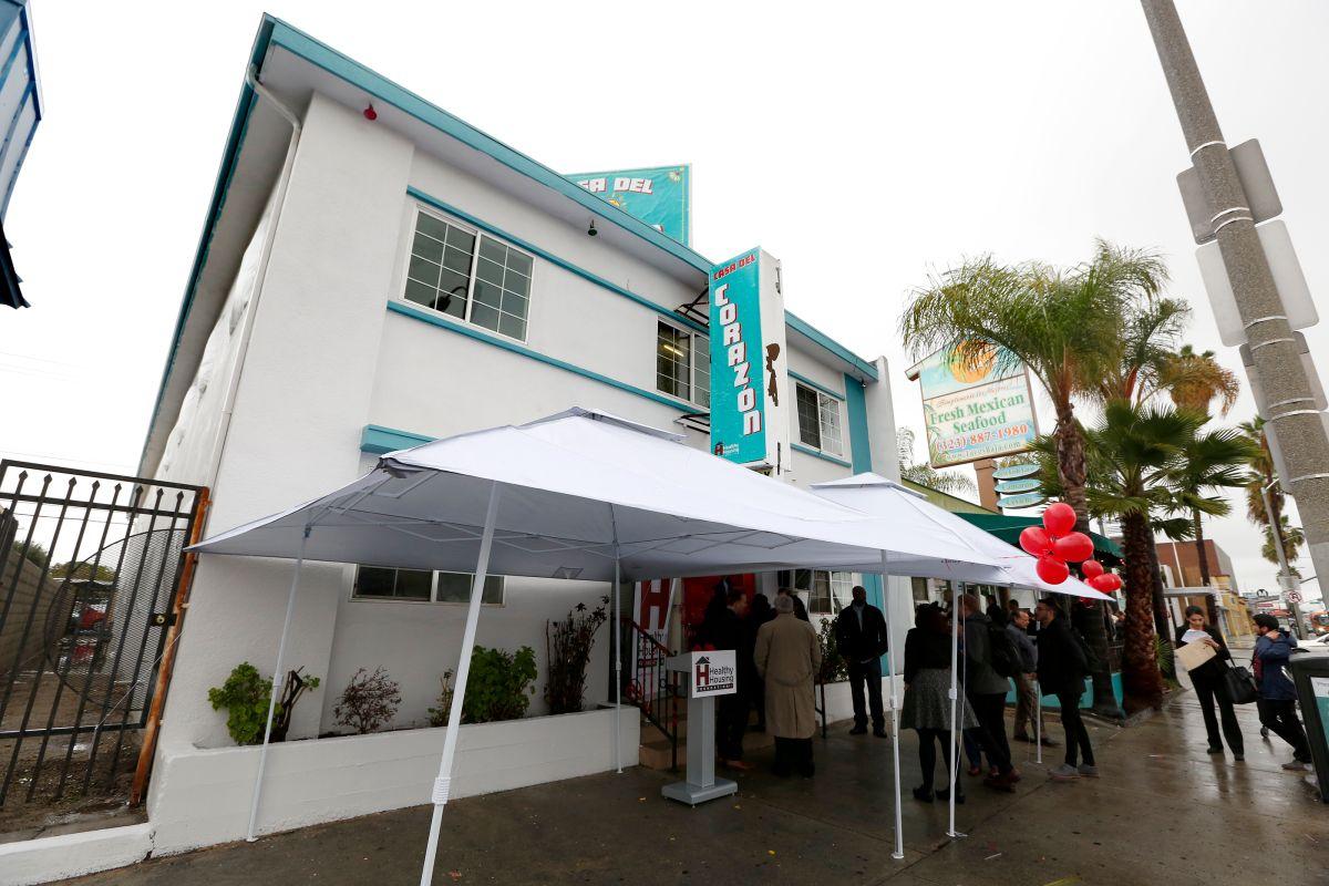 Transforman hotel del este de Los Ángeles en vivienda para estudiantes