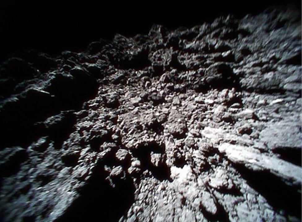 Los robots exploradores tomaron imágenes de la superficie del asteroide.
