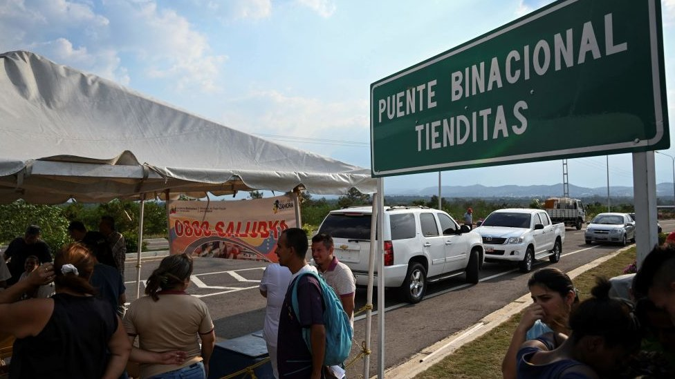 Ayuda humanitaria parada en puente Tienditas en la frontera entre Colombia y Venezuela