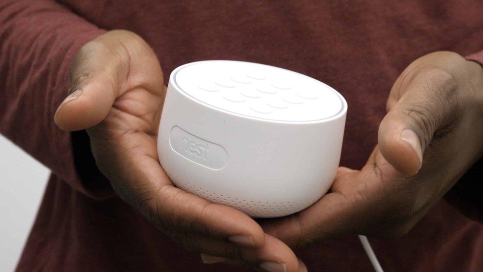 """El """"error"""" de Google al no mencionar que sus dispositivos Nest contienen micrófonos"""