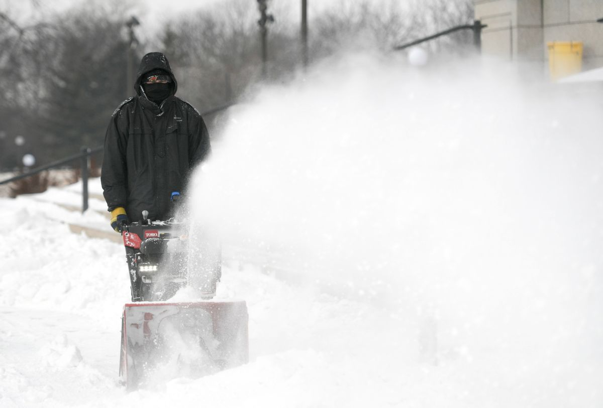 Un hombre quita nieve en St. Paul, Minnesota.