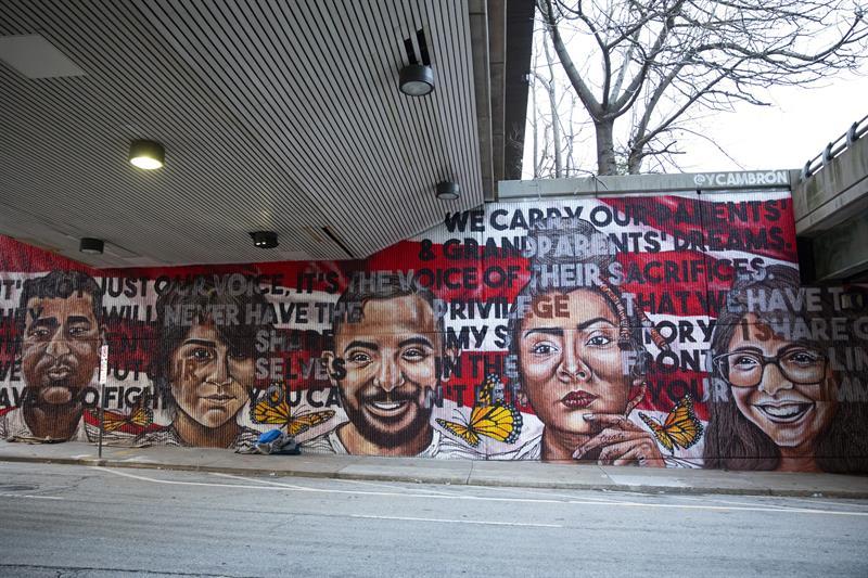 Mural pintado por la joven artista mexicana Yehimi Cambrón, que muestra los rostros de cinco migrantes que viven en Atlanta junto a varias mariposas monarcas, símbolo de esta comunidad porque migran libremente de un lugar a otro.