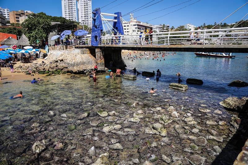¡Sorprendente! el mar de aleja más de 20 yardas de las playas de Acapulco, Guerrero