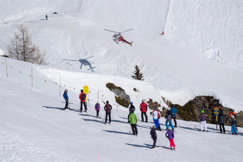 Avalancha de nieve sepulta a personas en la sede del Mundial Femenino de Esquí