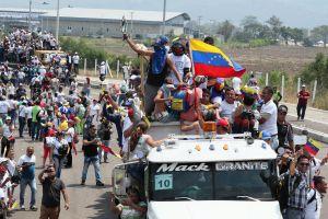 Ayuda humanitaria comienza a llegar a Venezuela entre choques fronterizos; EEUU reitera amenazas