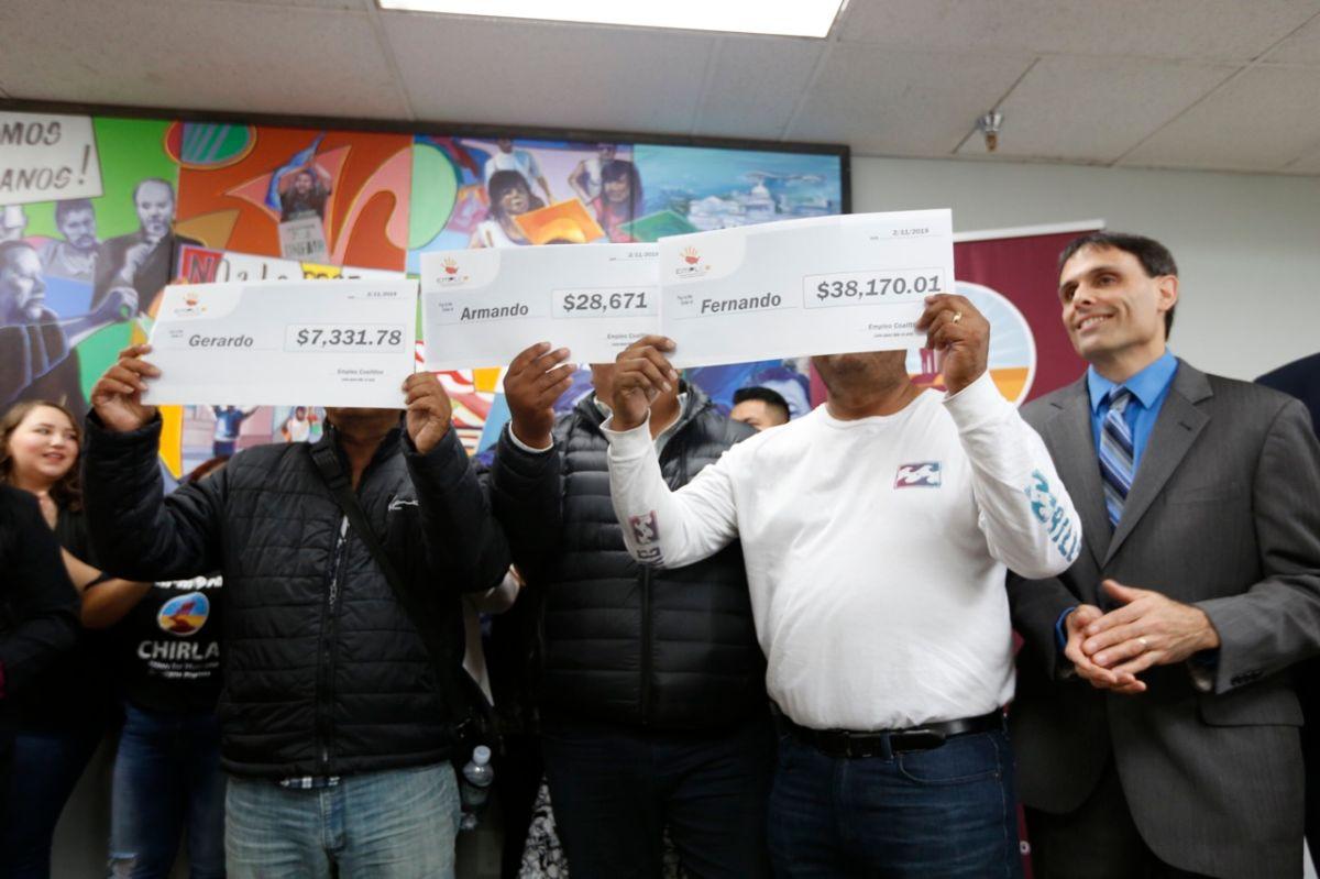 Empleados de carwash con salarios robados muestran el monto de compensación que recibieron. (Aurelia Ventura, La Opinión)