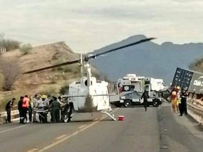 Choca tráiler con camioneta en Michoacán y deja siete muertos entre ellos un niño