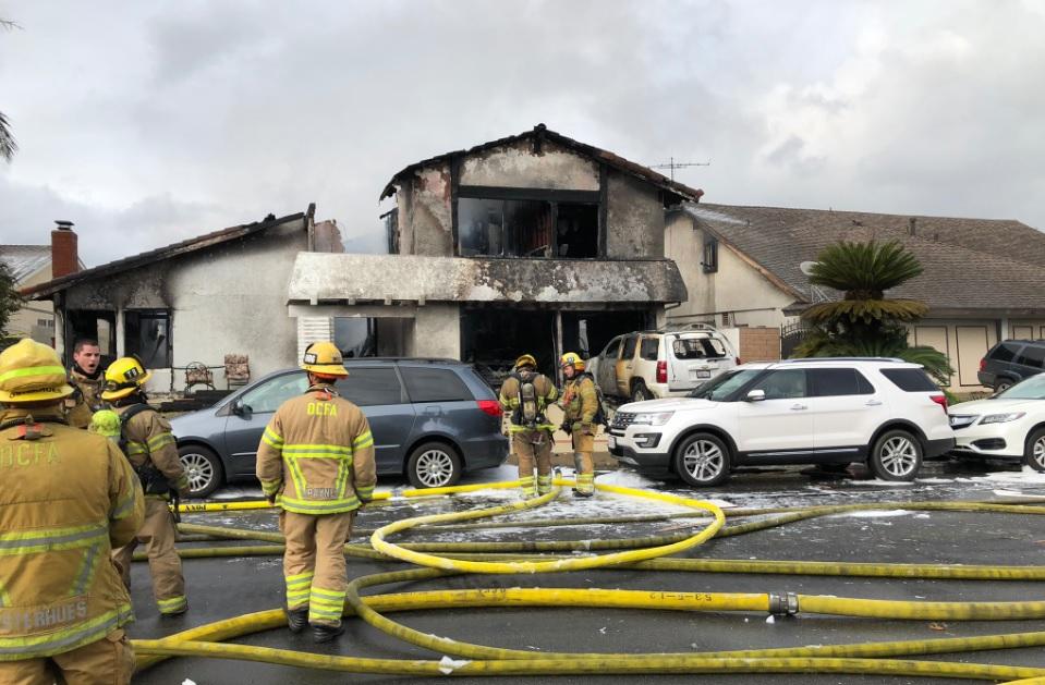 El avión se estrelló contra una vivienda unifamiliar y provocó un fuerte incendio en la estructura.
