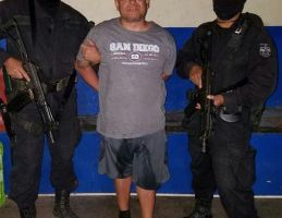 Extraditan de El Salvador a pandillero buscado por asesinato de su esposa en Los Ángeles