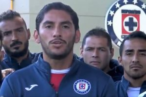 Jugadores de Cruz Azul se le van encima a un periodista de Televisa