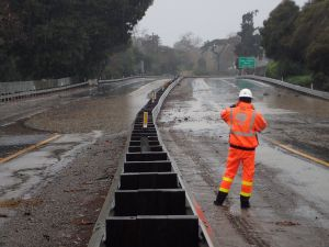 Al menos un muerto, varios lesionados y evacuaciones por inundaciones y aludes en el sur de CA