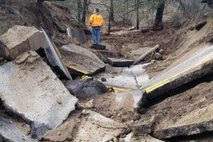 Sumideros se tragan varias carreteras tras monstruosas lluvias en California
