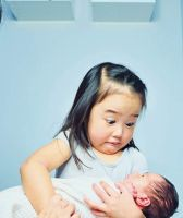 La divertida reacción de una niña al conocer a su hermana se hace viral
