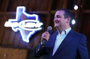 """Captan en video a un mariachi llevándole """"serenata"""" a Ted Cruz pidiendo su renuncia; el senador publicó fotos repartiendo agua"""