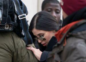 """Emma Coronel evade presión en la Corte y espera en su hotel mientras jurado delibera sobre """"El Chapo"""""""
