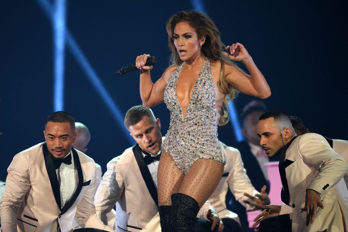 Jennifer López y su vestuario deslumbran durante su tributo a los clásicos de Motown en los Grammy