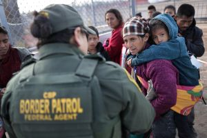 USCIS quiere contratar a policías y militares como agentes de inmigración