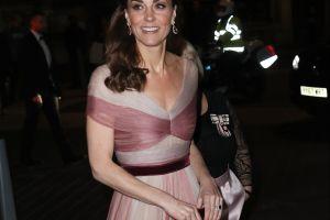 Kate Middleton, la duquesa de Cambridge, con entallados leggins paseando con el príncipe Louis