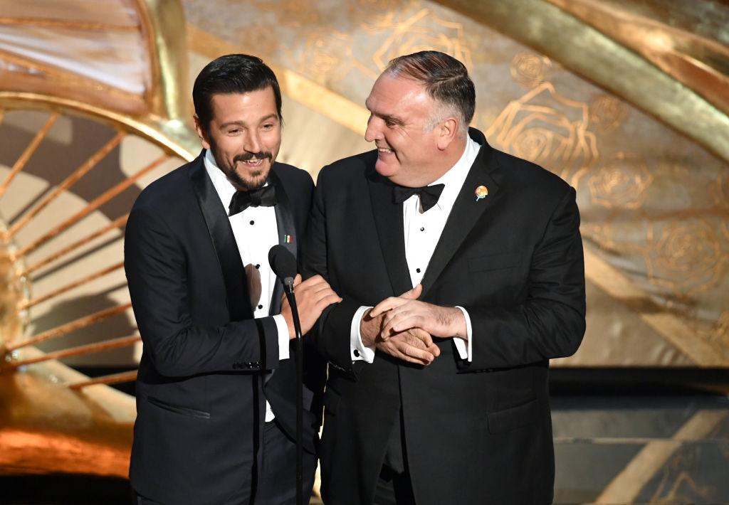 """""""Ya se puede hablar español en los Óscar"""": Los discursos de Diego Luna y Javier Bardem que llenan de orgullo a los hispanos"""