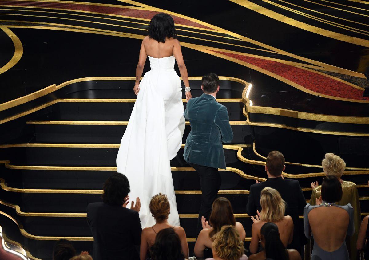El video de Chris Evans salvando a Regina King de protagonizar un penoso momento en los Oscars