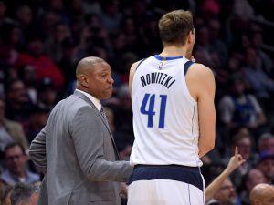 NBA: técnico de Clippers detuvo el partido para rendirle tributo a un jugador del equipo rival