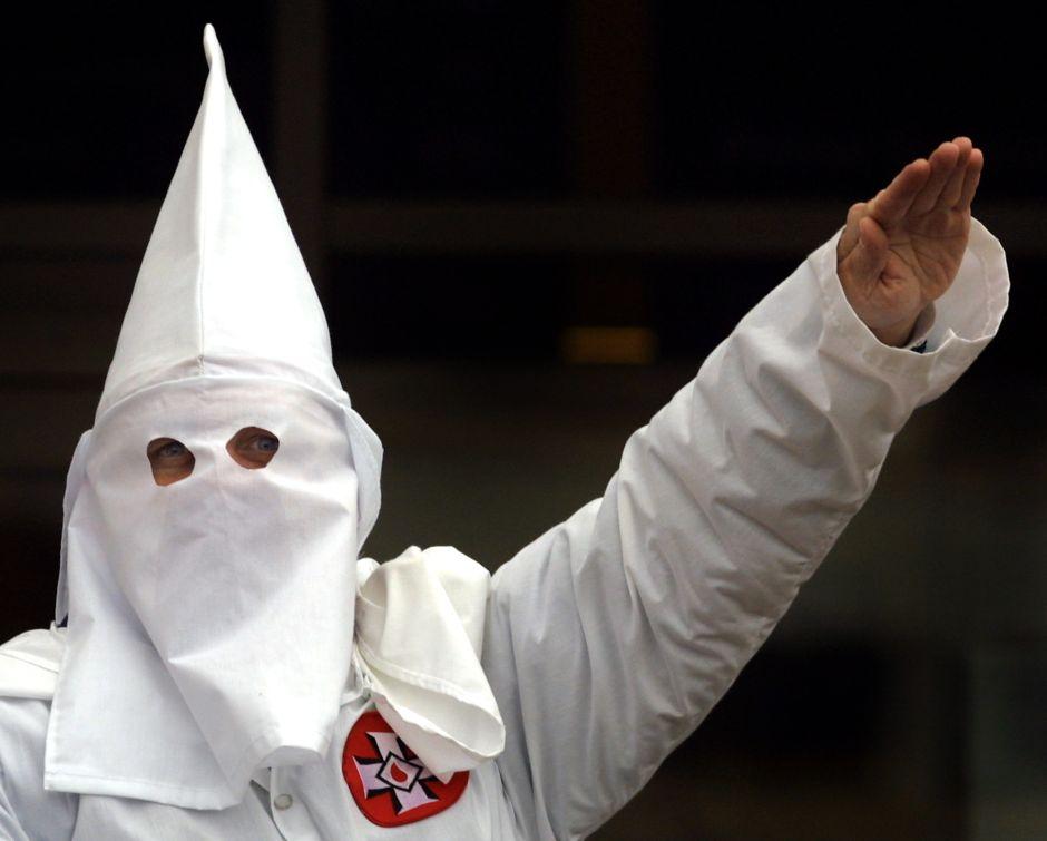 Hombre va a supermercado de California con capucha del Ku Klux Klan